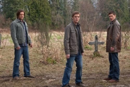 Sam (possédé par Lucifer), Dean et Adam (possédé par Michael) se retrouvent réunis lors du grand dénouement de la saison 5 de Supernatural