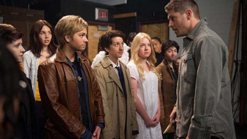 Dean Winchester face à des versions juvéniles de lui même , Castiel et... sa mère!